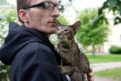 Объятие человека его кот внешний Стоковое фото RF