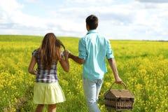 Объятие любовников на пикнике стоковые фото