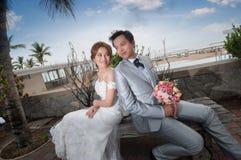 Объятие Groom и невесты Стоковые Фотографии RF