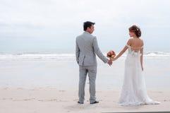 Объятие Groom и невесты Стоковое Изображение RF