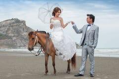 Объятие Groom и невесты Стоковые Фото