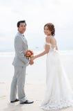 Объятие Groom и невесты Стоковая Фотография RF