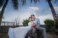 Объятие Groom и невесты Стоковая Фотография