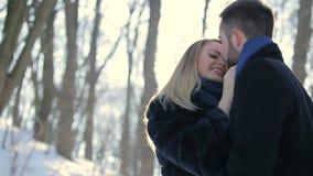 Объятия влюбленности в парке зимы акции видеоматериалы