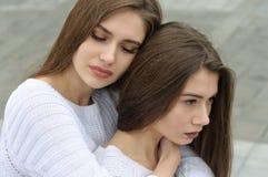 Объятия девушки и жалеют ее близкий друг Стоковые Изображения