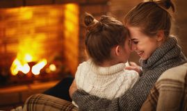 Объятия матери и ребенка семьи и смеяться над на вечере зимы f Стоковые Фотографии RF