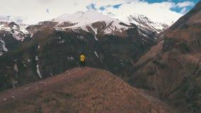 Объятия пар на краю горы акции видеоматериалы