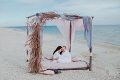 Объятия пар на пляже стоковое изображение