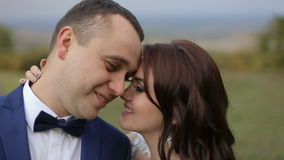Объятия пар свадьбы сток-видео