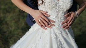 Объятия пар свадьбы акции видеоматериалы