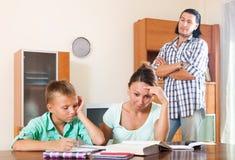 Обычная семья делая домашнюю работу Стоковые Фото