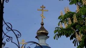 Обычная церковь с золочением Городская архитектура в захолустном городке видеоматериал