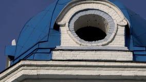 Обычная церковь с золочением Городская архитектура в захолустном городке сток-видео