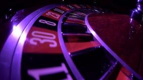 Обычное колесо рулетки бежать с упаденным белым шариком, взгляд сверху нул конец вверх видеоматериал