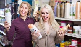 Обычные взрослые женщины выбирают шампунь Стоковые Изображения RF