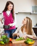 Обычные женщины варя еду Стоковая Фотография