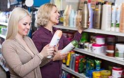 Обычные женщины выбирают шампунь Стоковое фото RF