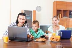 Обычные пары при сын подростка используя приборы во время завтрака стоковые изображения rf