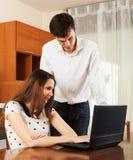 Обычные пары с тетрадью дома Стоковое Изображение