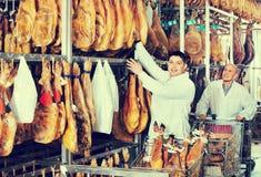 Обычные радостные положительные технологи проверяя соединения iberic стоковые фото