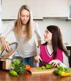 Обычные усмехаясь женщины варя еду Стоковое Изображение