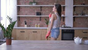 Обязанности домочадца, смешная девушка эконома имея потеху и поют в besom как микрофон во время общей чистки видеоматериал