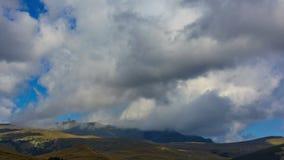 Облака бежать над промежутком времени голубого неба сток-видео