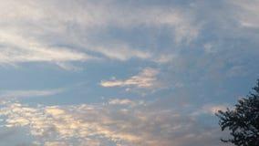 Облака белизны голубых небес Стоковое Изображение