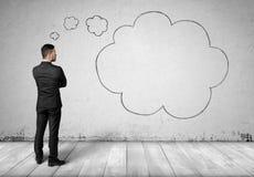 Облака бизнесмена и мысли на предпосылке бетонной стены стоковые изображения rf
