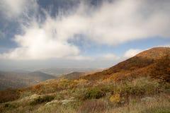 Облака бросая тени над горой Стоковое фото RF