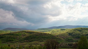 Облака двигая над прикарпатскими горами сток-видео