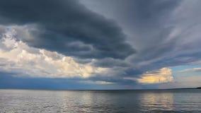 Облака двигая через озеро сток-видео