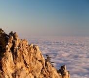 облака выравнивая море утесов Стоковое Изображение