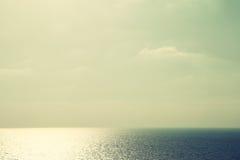 Облака в небе и горизонте моря на заходе солнца стоковое изображение rf