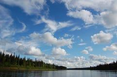 Облака в небе над рекой taiga Стоковые Фотографии RF