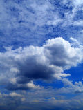 Облака в предпосылке голубого неба Стоковое Изображение RF