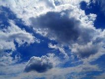 Облака в предпосылке голубого неба Стоковые Изображения RF