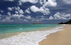 Облака Гаваи тропического океана бирюзы пляжа тучные Стоковое Фото