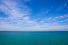 Облака, голубое небо, штиль на море И горизонт стоковая фотография rf