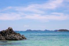Облака, голубое небо, штиль на море И горизонт стоковое фото