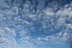 Облака, голубое небо, яркое Солнце Стоковое Фото