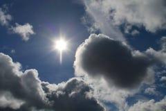 Облака, голубое небо, яркое Солнце Стоковые Изображения