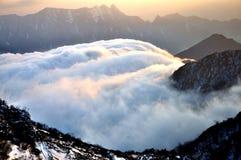 Облака завальцовки на горе Niubei стоковое изображение rf