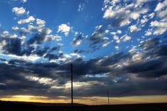 Облака захода солнца на гористых местностях пустыни Стоковое фото RF
