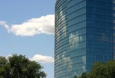 Облака исчезая за зданием Стоковые Фото