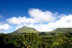 Облака и горы голубого неба стоковое изображение