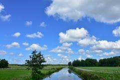 Облака и голубое небо в сельской местности Голландии Стоковые Изображения RF