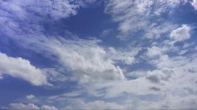 Облака и голубое небо только для предпосылки, никакой земли и никакого моря сток-видео
