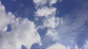 Облака и голубое небо только для предпосылки, никакой земли и никакого моря акции видеоматериалы