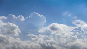 Облака и голубое небо только для предпосылки, никакой земли и никакого моря видеоматериал
